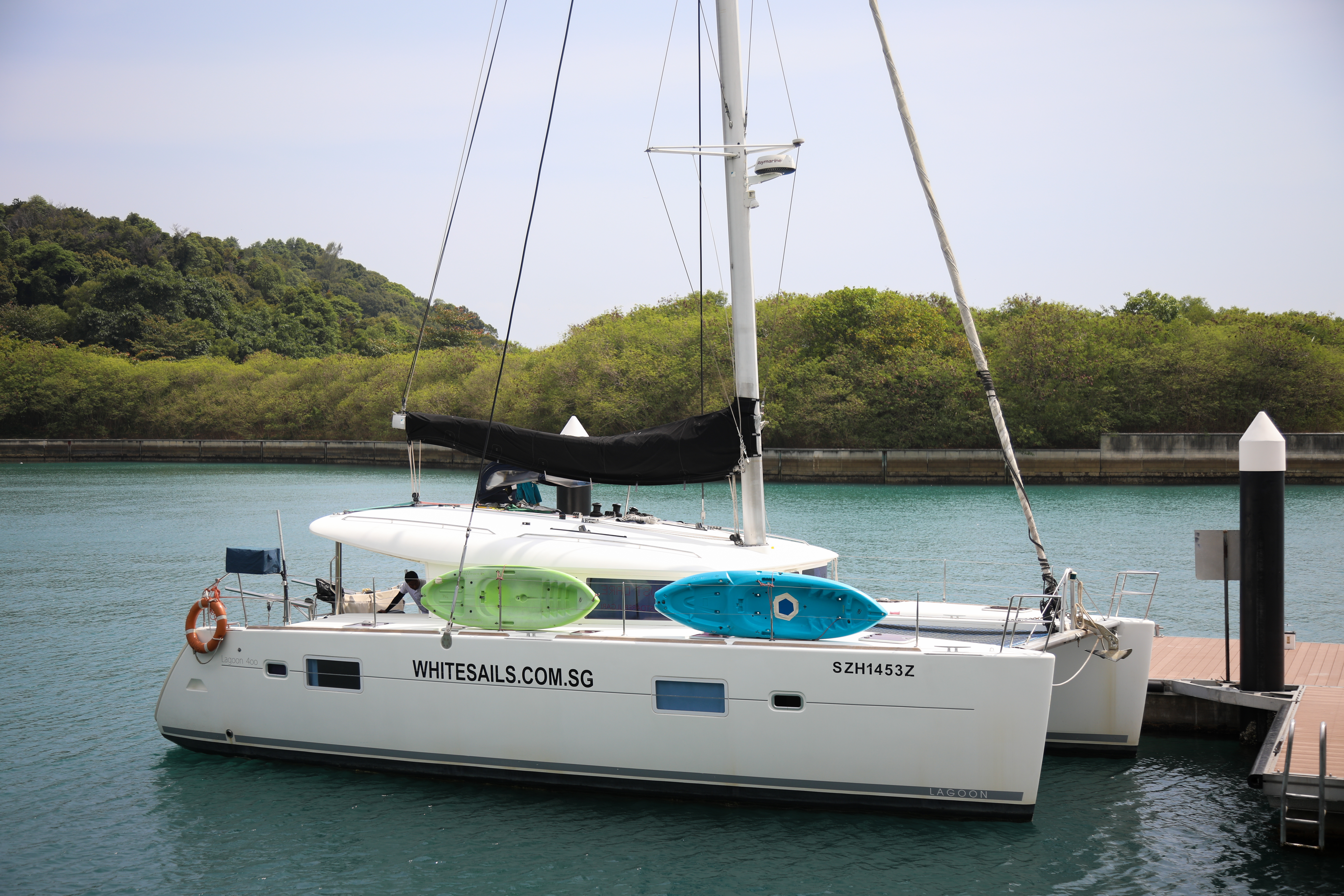 15% off standard 4-hour yacht charter to Lazarus Island